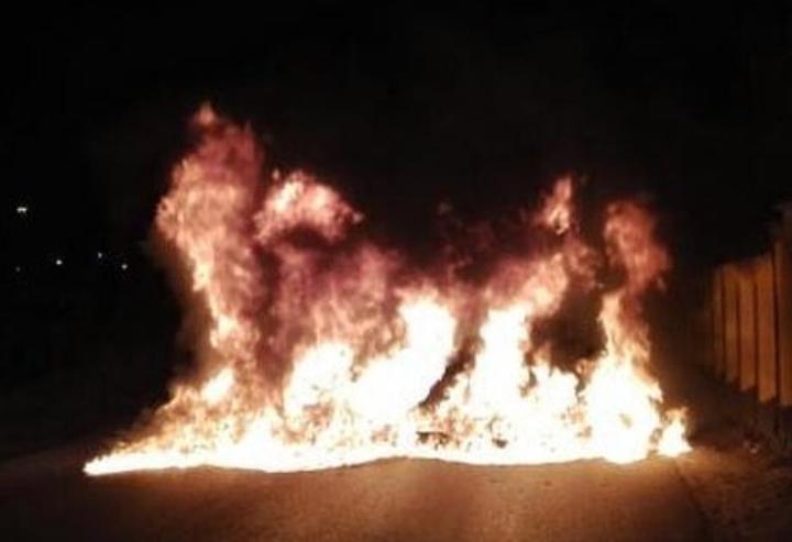 ثوّار بلدة الديه يشعلون النيران أمام ضاحية السيف إيذانًا بالمشاركة في العصيان المدنيّ