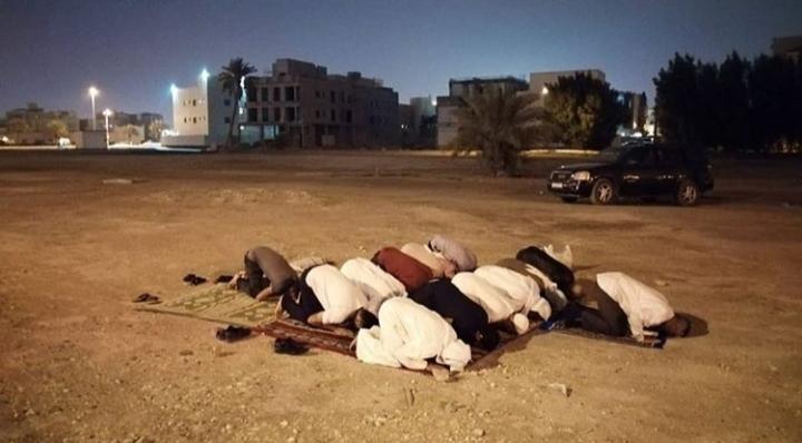 مواطنون يؤدّون صلاة العشاءين في موقع مسجد «العلويّات» المُهدّم