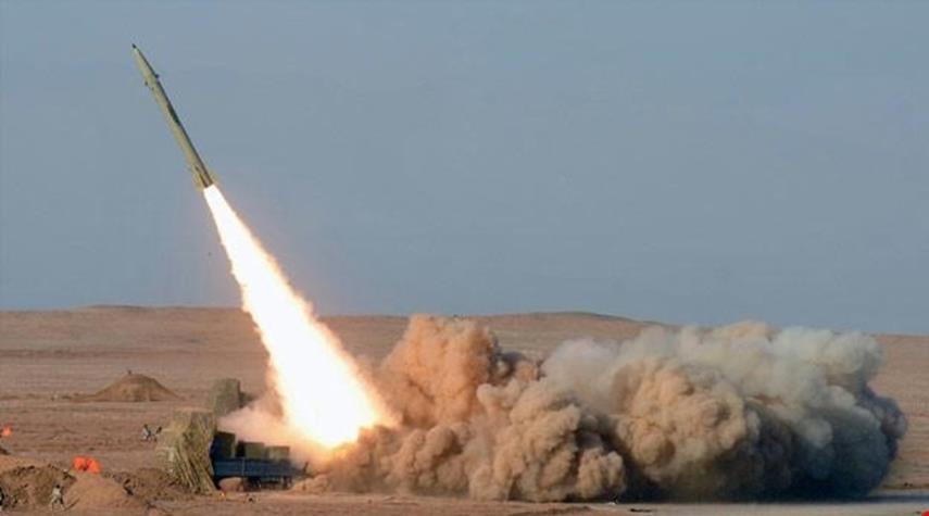 الجيش اليمني واللجان الشعبيّة يضربون معسكرًا لمرتزقة الجيش السعودي بصاروخين باليستيين