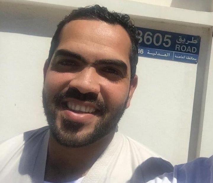 الشاب «عباس العجمي» يعانق الحريّة بعد 5 سنوات سجن ظلمًا