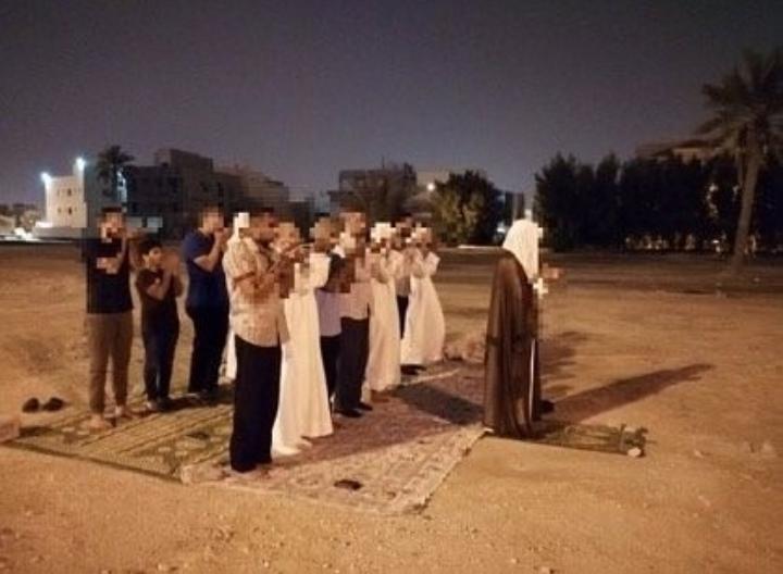 مواطنون يقيمون الصلاة في بقعة مسجد العلويات في بلدة الزنج