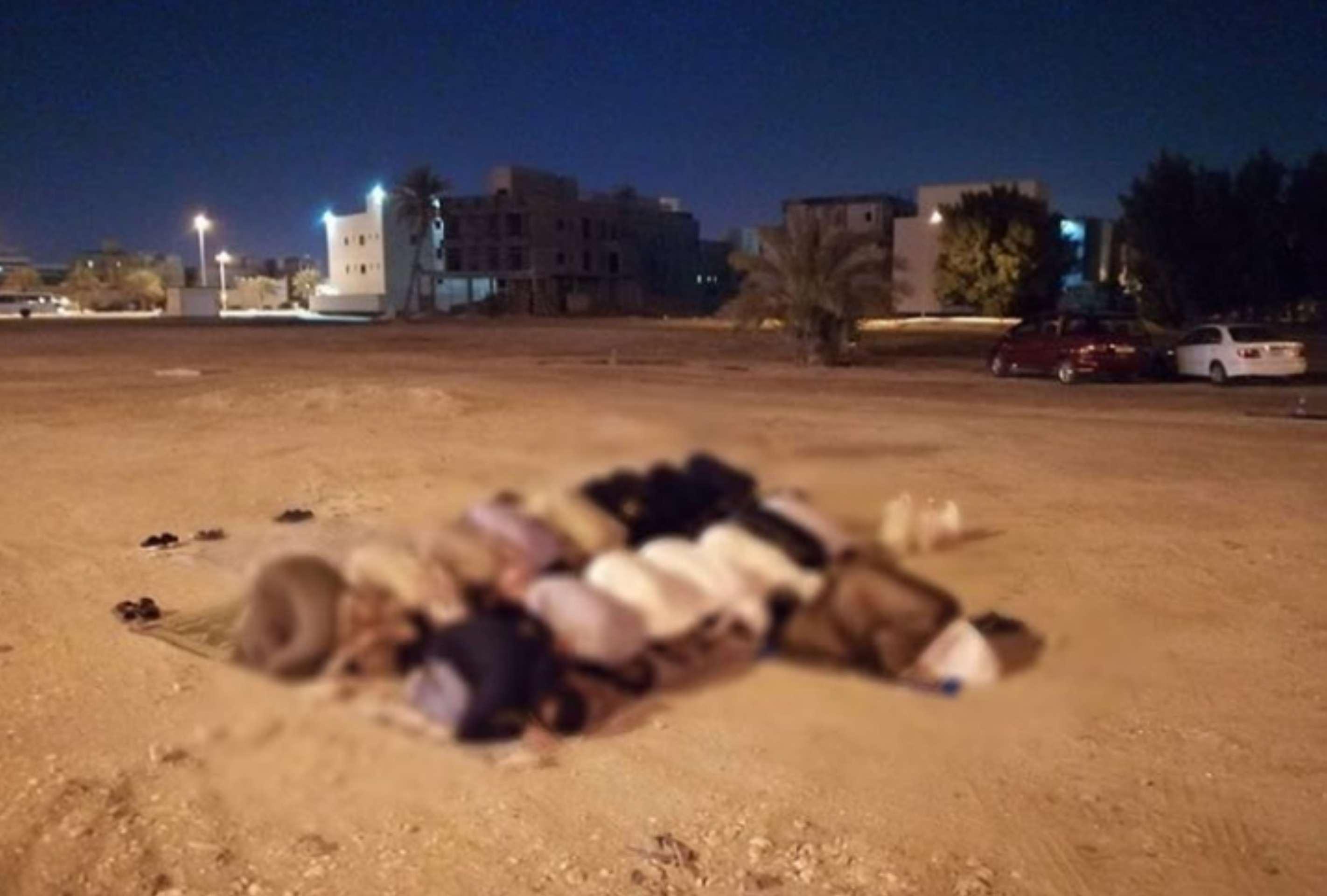 المواطنون يؤدّون الصلاة قي بقعة «مسجد العلويات» المهدّم