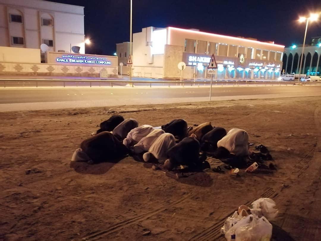 مواطنون يؤدّون الصلاة قي بقعة «مسجد العلويات» المهدّمعلى الرغم من التهديدات