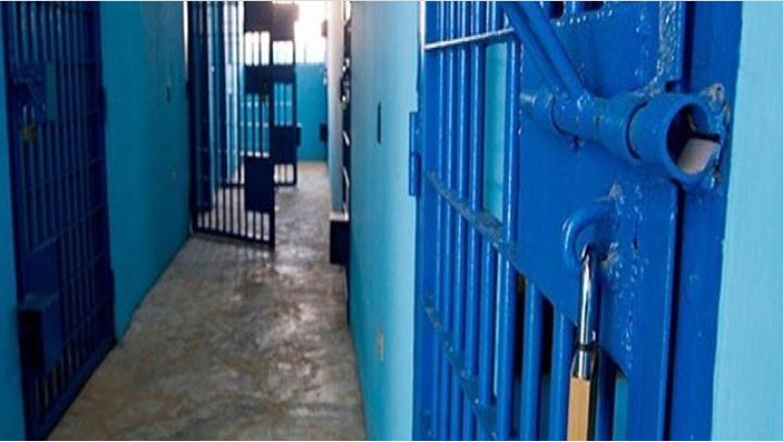 معتقلو الحوض الجاف يعانون من انقطاع المياه وسوء المعاملة والتهديد بالحبس الانفرادي