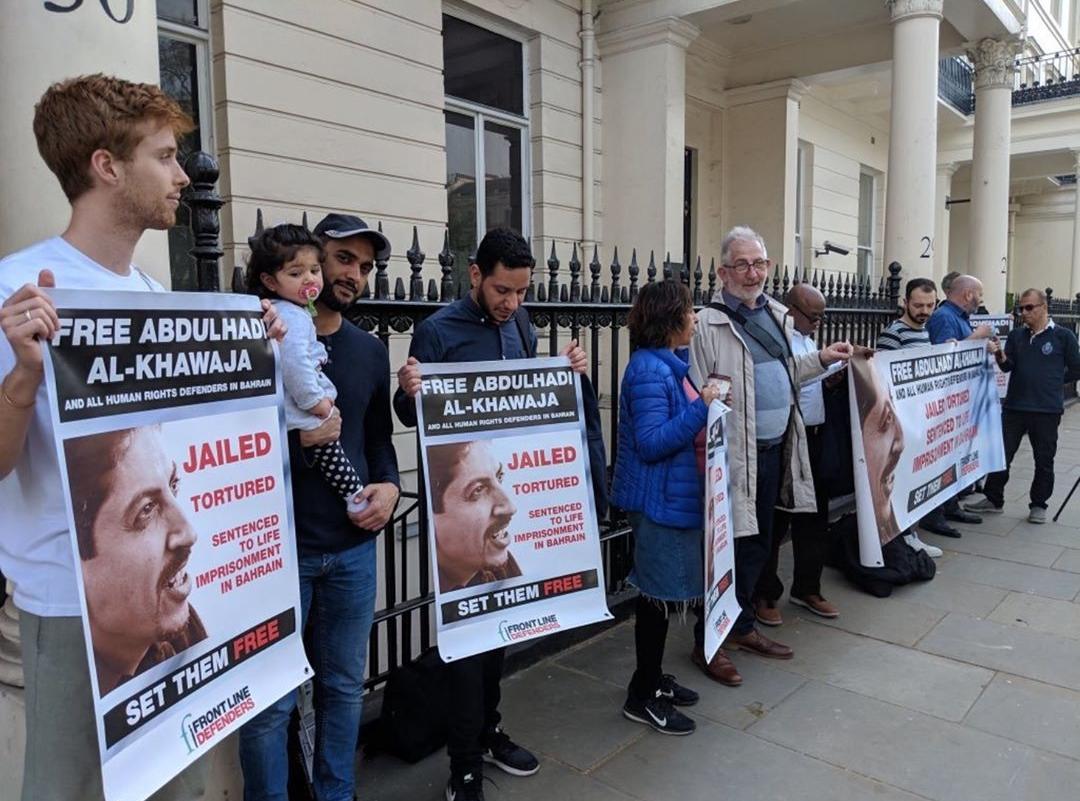 وقفة تضامنيّة مع عميد الحقوقيّين «عبد الهادي الخواجة» أمام السفارة الخليفيّة في لندن